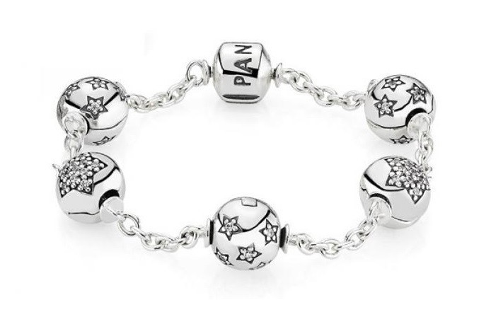 Bracelet Pandora composé en argent avec ses 4 charms étoiles