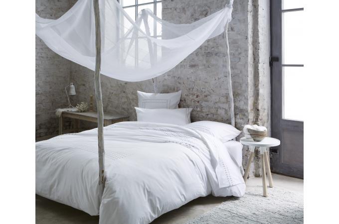 Parure de lit blanche venezia 140x200 cm et une taie d 39 oreiller 65x65 cm housse de couette et for Parure de lit blanche